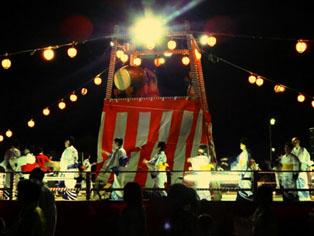 やぐらの上で岩倉市長さん、市議会議員の方々と踊りました。